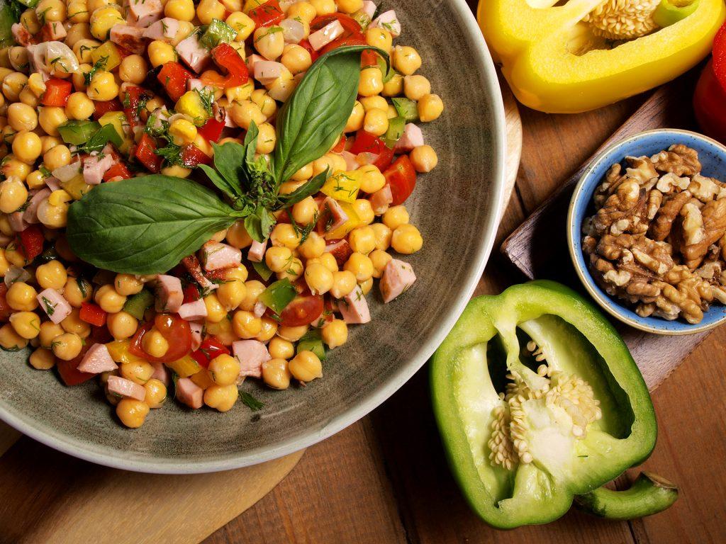 Салата от варен нахут, кълцани свежи зеленчуци и препечени кренвирши