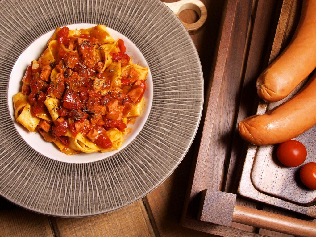 Прясна паста талиатели с доматен сос, канела и наденица