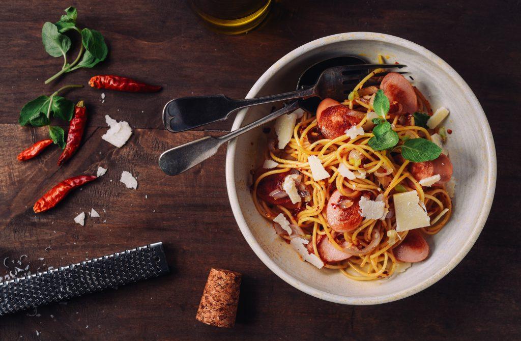 Спагети пеперончино с пикантни кренвирши
